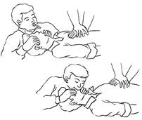 """Schemat pełnej resuscytacji prowadzonej przez dwie osoby (uciskanie klatki piersiowej + wentylacja metodą """"usta-usta"""")."""