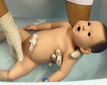 Uchwycenie dziecka podczas kąpieli do mycia przedniej powierzchni ciała.