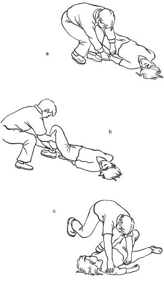 Kolejne etapy układania osoby nieprzytomnej na boku, cz. 1