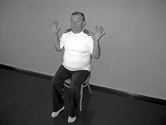 Odwodzenie palców obu rąk w stawach śród- ręczno-paliczkowych.